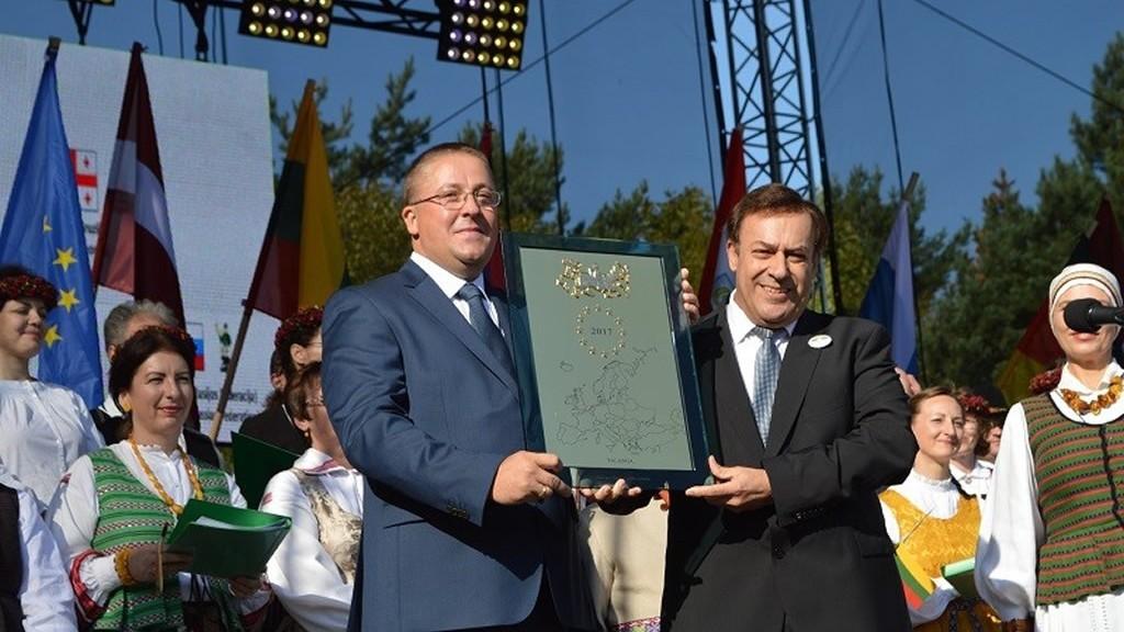 """""""Sulaukę Europos Komisijos įvertinimo, šį rugsėjį Garbės ženklą į Palangą atvežė portugalas europarlamentaras Jose Mendes Bota. Vėliau jis savivaldybei atsiuntė knygą apie Portugalijos regioną, iš kurio jis yra kilęs"""", – prisiminė meras Š. Vaitkus."""