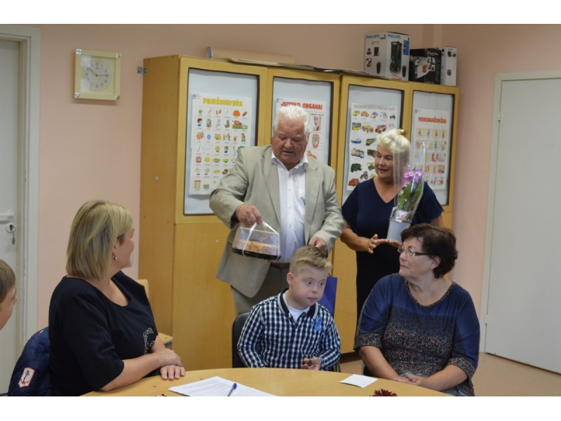 Aktyvus visuomenininkas Justinas Masalskas dovanomis pradžiugino lavinamosios klasės auklėtinius, jų tėvelius ir mokytojas.