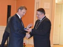 Atminimo medalis įteikiamas kultūros ministrui Šarūnui Biručiui.