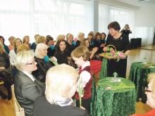 Renginį B. Remeikienei padėjęs pradėti Augustas skambant aplodismentams festivalio viešnioms įteikė gėlių.