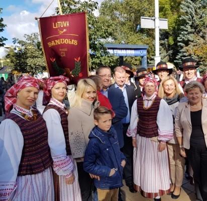 """""""Palangos stalas"""" minių nepriviliojo, kandidatai į Seimą – ryškūs šventės personažai"""