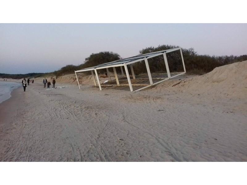 Palangiškiai atkreipė dėmesį, kad iki šiol labiausiai šiemet jūros nuskriausto baro rėmas stūksojo paplūdimyje, tačiau jo jau turi nelikti.