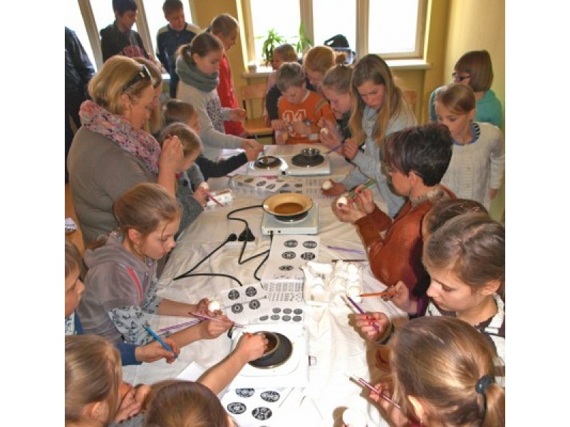 Vaikai margino kiaušinius
