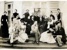 Grafai Tiškevičiai su artimaisiais Palangoje. Iš kairės į dešinę sėdi: Marija Puslovska-Tiškevičienė (Kretinga), Sofija Horvat-Tiškevičienė, Aleksandras Tiškevičius (Kretinga), nežinomas dvasininkas, Jadvyga Horvat-Kienevičienė ir Jeronimas Kienevičius (D
