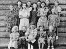 Prie barako Goriačije Kliuči sienos 1950 metais. Stovi (iš kairės) Vanda Daukšaitė, Birutė Butkutė, Bronislava ir Adelė Neverauskaitės, Milda Daukšaitė, Elvyra Šlimaitė, Bronė Jašinskaitė, Aldona Šlimaitė, Valė Jucytė, Onutė Neverauskaitė. Sėdi Janina Šli