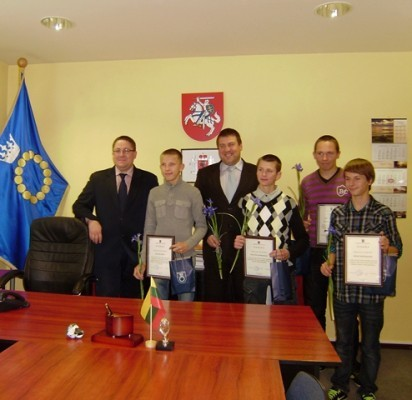 Meras Š.Vaitkus ir sportininkus treniravęs vicemeras S.Simė padėkas įteikė (iš kairės) Ą.Zubei,  K.Barkauskui,  E.Dapšauskui ir J.Sabaliauskui.