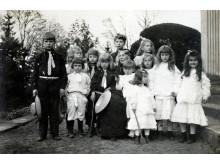 Grafų Tiškevičių vaikai su aukle. Nežinomas fotografas, XX a. pr