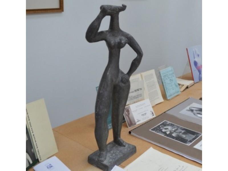 Švininę A. Mončio sukurtą moters skulptūrėlę retas kuris vyriškis įstengia pakelti.