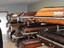 Žmonės, siekdami kuo gražiau atsisveikinti su savo artimuoju, gali išsirinkti pageidaujamus laidotuvių atributus.
