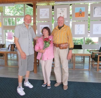 V. Eidukaitis, V. Kliučininkienė ir J. Varnas prie tradicine tapusios karikatūristų parodos.