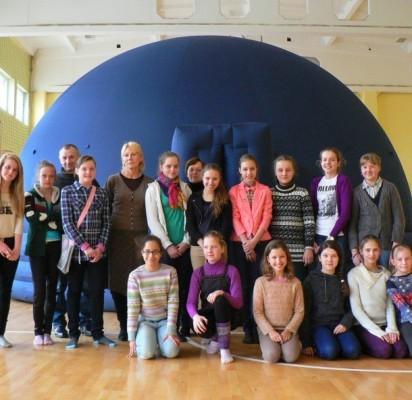 Norinčių pabūti improvizuotame planetariume ir pasiklausyti M. Masaičio pasakojimų buvo nusidriekusi ilga eilė.