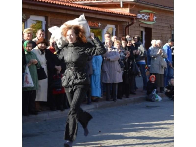 Turgaus šventėje bėgo su bulvių maišu, laikė kalakutą ir graužė obuolius