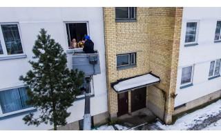 Palangos meras Šarūnas Vaitkus pasveikinti 100-etę močiutę gyvenančią antrame aukšte pasitelkė  statybinį keltuvą
