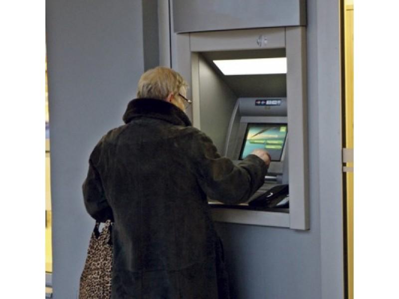 Renkant bankomate kodą pravartu renkamus skaičius pridengti ranka.