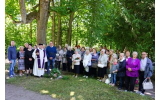 Unikaliose Anaičių kapinėse atidengtas naujas kryžius