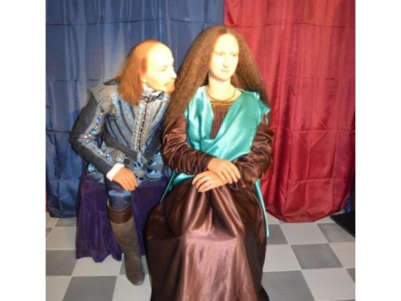 Dėmesį patraukia Viljamo Šekspyro ir Monos Lizos tylaus pokalbio kompozicija.