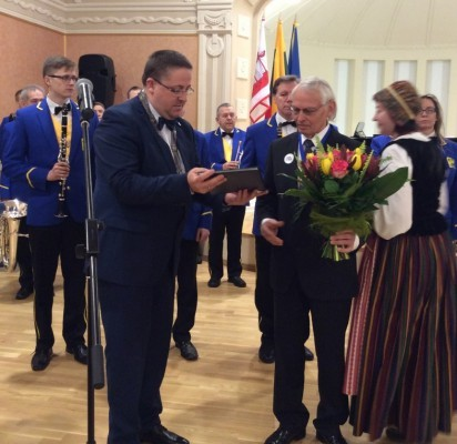 Palangos Kurhauzo salėje miesto Garbės piliečio regalijos iškilmingai įteiktos naujajam, jau aštuntajam Palangos miesto Garbės piliečiui, Vladui Žulkui.