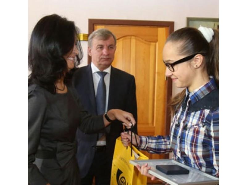 G. Petrauskaitei (dešinėje) garbingą apdovanojimą penktadienį įteikė susisiekimo ministras R.  Sinkevičius ir Lietuvos pašto Klaipėdos regiono vadovė V. Pikčiūnienė.  / ve.lt nuotr
