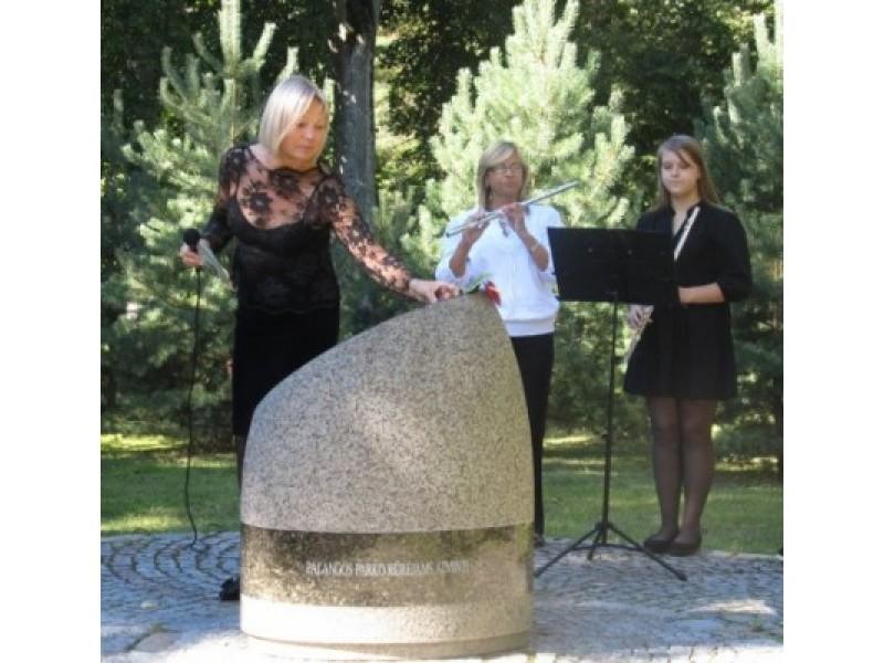 Ant stelos parko kūrėjams – raudonas anturio žiedas iš A. Latonienės rankų.