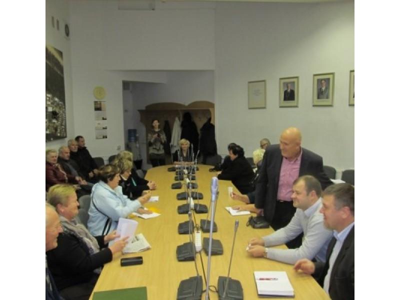 Į susitikimą su miesto valdžios atstovais susirinko nemenkas būrys Senbuvių bendruomenės narių.
