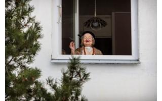 """100-etė palangiškė Adelė Čižauskienė, mero Šarūno Vaitkaus pasveikinta iš statybinio keltuvo pro langą: """"Jis – gražus vyras, panašus į mano anūkės lakūną vyrą. Mero neišsigandau, nes nesu jam nieko bloga padariusi"""""""