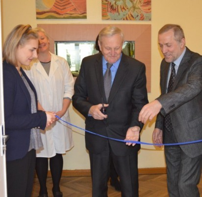 Vicemeras R. A. Mikalkėnas ir mokyklos direktorius L. Šidlauskas perkirpo simbolinę juostelę.