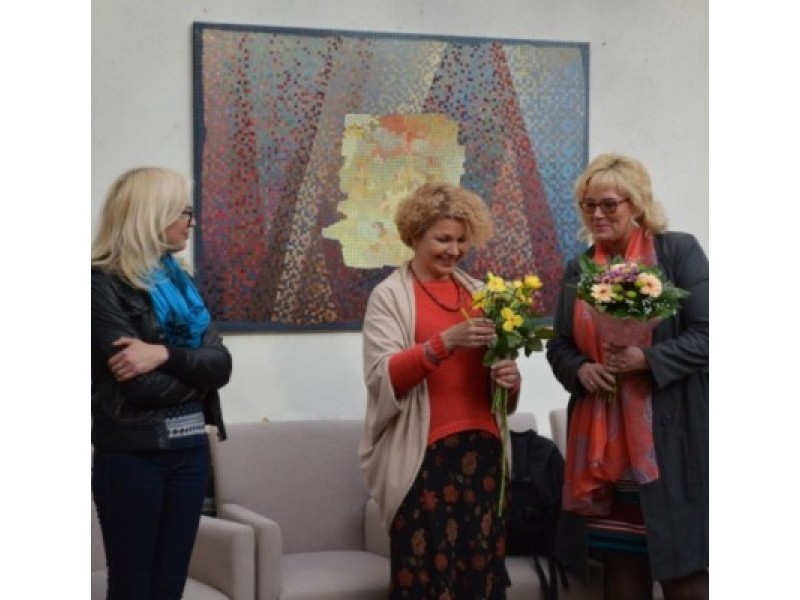 """""""Ramybės"""" galerijoje atidaryta D. Kirkutienės (centre) tapybos paroda. G. Šedžio nuotr."""