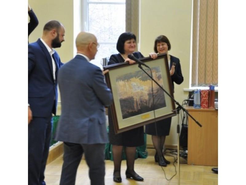 Antanas Vinkus Lietuvos Nepriklausomybės atkūrimo dienos proga mokyklą   apdovanojo premjero Algirdo Butkevičiaus dovana.