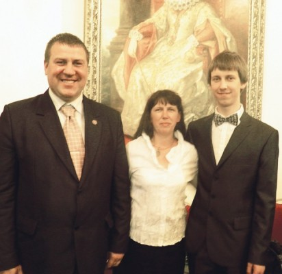(Iš dešinės) Simonas Balkaitis su mama Audrone Balkaitiene ir Palangos vicemeru Sauliumi Sime priėmimo Valdovų rūmuose metu.