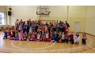 """""""Palangos"""" krepšininkai apsilankė """"Baltijos"""" pagrindinėje mokykloje"""