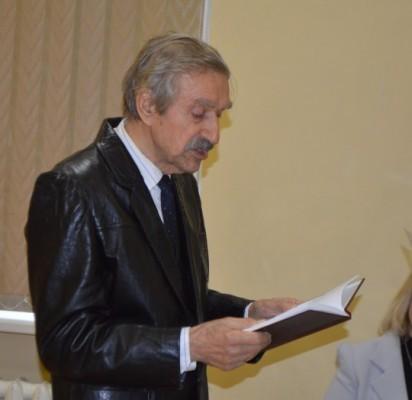 Poetas Jonas Brazdžionis pristatydamas naujausią savo knygą, keletą eilių paskaitė, jam padėjo lietuvių kalbos mokytoja Rima Šalkauskienė.