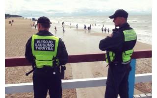Viešojo saugumo tarnybos pareigūnai patruliuoja Palangoje