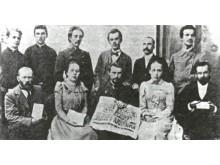1899 pirmojo viešo lietuviško spektaklio (Palanga) dalyviai. Sėdi (iš kairės į dešinę): Žalnieriukynas, J. Juškytė, L. Vaineikis, S. Jakševičiūtė, F. Jonušis. Stovi: V. Mangirdas, Empacheris, A. Janulaitis, P. Višinskis, Gabalis, S. Kuzinas. Nuotrauka iš
