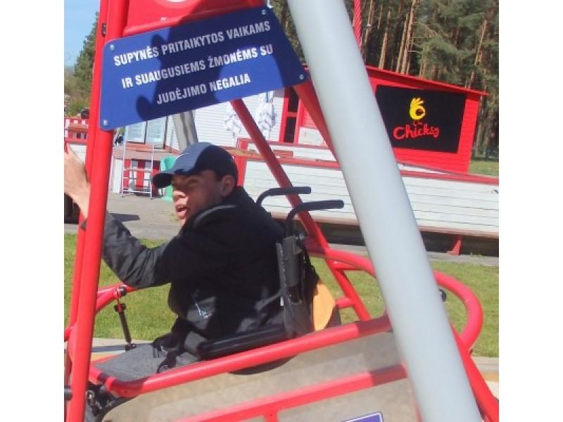Sūpynės, vienintelė pramoga neįgaliesiems Palangoje – nepasiekiama