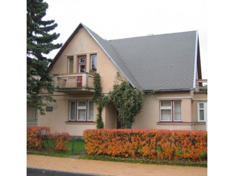 """""""Šiame name 1954 m. paskutinius savo gyvenimo mėnesius praleido kompozitorius Jonas Bendorius"""". Įrašas memorialinėje lentoje."""