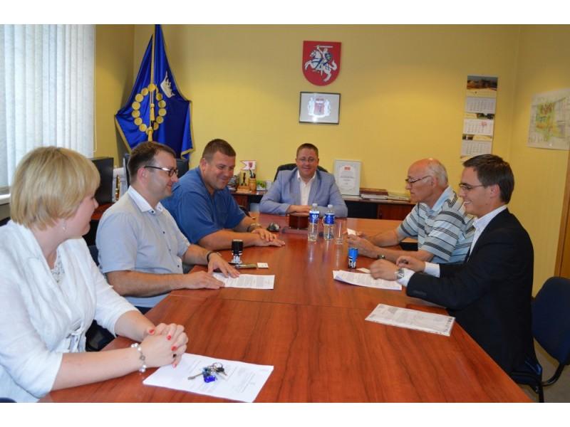 Penktadienį mero Š. Vaitkaus kabinete pasirašyta biokuro katilinės statybos darbų sutartis.