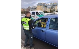Palangos meras Šarūnas Vaitkus ir policininkai vyrai sveikino moteris su Kovo 8-ąja (FOTO GALERIJA)
